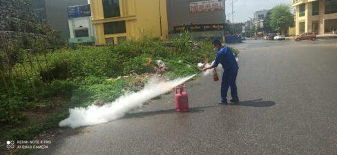 Học viên thực hành sử dụng bình chữa cháy xách tay dập tắt đám cháy giả định